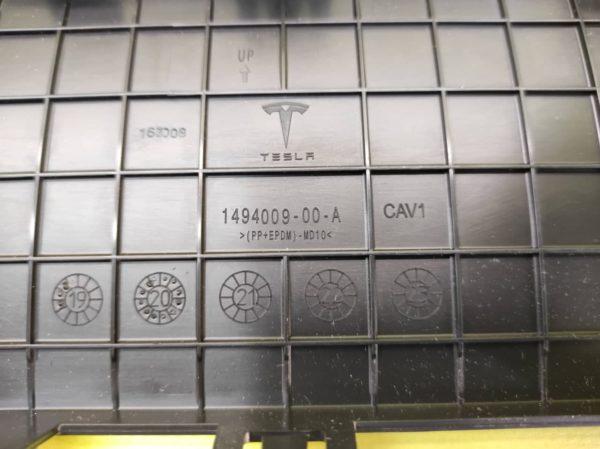 Накладка (заглушка) буксировочного крюка фаркопа в нижней накладке заднего бампера Tesla Model Y